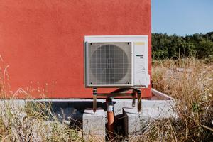 """<div class=""""bildtext_1"""">Das Wärmepumpen-Außengerät steht an der Nordseite des Hauses auf einer Standkonsole.</div>"""