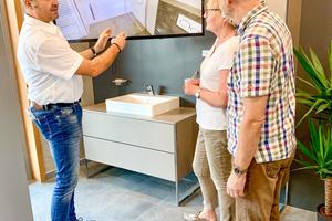 """<div class=""""bildtext_1"""">Alfred Keller (links) in der Beratungs-Lounge bei der Kundenberatung mit der digitalen Ausstellung von Immersight.</div>"""