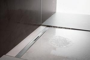 """<div class=""""bildtext_1"""">Der neue Schick im Bad ist leicht zu montieren: Bei der Duschrinne """"Advantix Cleviva"""" hat Viega die Vorteile einer eleganten Linienentwässerung an der Oberfläche mit der einfachen Montage eines Punktablaufs kombiniert.</div>"""