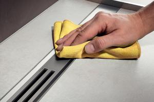 """<div class=""""bildtext_1"""">Zu den Komfortmerkmalen einer bodengleichen Dusche zählt die Hygiene. Weil die Duschrinne das Wasser an der Oberfläche ableitet, ist sie leicht zu reinigen. Um den Siebeinsatz zu säubern, wird der Einleger einfach herausgenommen.</div>"""