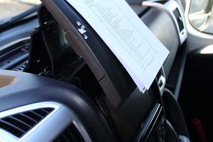 """<div class=""""bildtext_1"""">Nützliches Detail: Der Tablet-Holder ist auch praktisch für Zettel.</div>"""