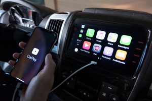 """<div class=""""bildtext_1"""">Neu ist auch das Infotainment-System mit sieben Zoll großem Touchscreen und integriertem Apple CarPlay.</div>"""