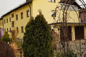 """<div class=""""bildtext_1"""">Entspannte Nachbarschaft in Olching: Nach der ATEC-Schalldämpferinstallation liegt das Brummen der Heizanlage, das auf dem Gehweg deutlich zu hören war, unter den allgemeinen Umgebungsgeräuschen. </div>"""