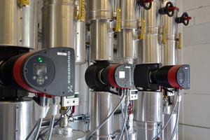 """<div class=""""bildtext_1"""">Grundfos-Hocheffizienzpumpen versorgen das Nahwärmenetz über den Heizkreisverteiler.</div>"""