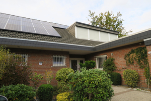 """<div class=""""bildtext_1"""">Das Einfamilienhaus aus dem Jahr 1980 erhielt ein komplett neues Heizkonzept. Gut zu erkennen ist die Photovoltaikanlage, die auch zum Betrieb der neuen Wärmepumpe genutzt wird.</div>"""