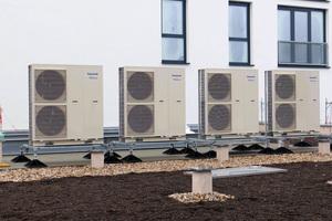 """<div class=""""bildtext_1"""">Die """"Aquarea"""" Luft-/Wasser-Wärmepumpen von Panasonic sorgen im Zusammenspiel mit den PV-Anlagen für eine nahezu CO<sub>2</sub>-neutrale Wärmeversorgung.</div>"""