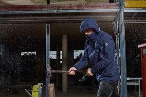 """<div class=""""bildtext_1"""">Die auf einem Membran-System basierenden BP Wetterschutzjacken schützen bei Außenarbeiten vor Nässe (Klasse 3) und Wind und sind atmungsaktiv (Klasse 3).</div>"""
