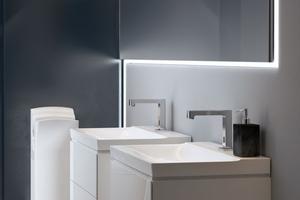 """<div class=""""Bildtext 1"""">Ein hygienischer Waschplatz ist nicht nur mit einer berührungsfreien Armatur ausgestattet, hier Geberit """"Brenta"""", sondern sorgt mit glatten Oberflächen auch für eine leichte Reinigung.</div>"""