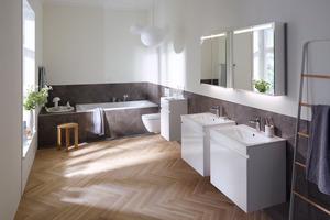 """<div class=""""bildtext_1"""">Klassisch schlicht und mit gerader Linienführung – im Familienbad punkten die Geberit """"Renova Plan""""-Waschtische mit schmalen Kanten sowie die Badewanne mit einem geräumigen Platzangebot.</div>"""