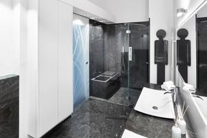 """<div class=""""bildtext_1"""">Beim Natursteinbad ist weniger meist mehr: Um eine reduzierte Ästhetik zu erzielen empfiehlt es sich den Boden, eine Duschtasse und maximal eine Wand in Naturstein auszuführen. </div>"""
