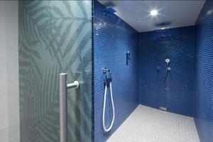 """<div class=""""bildtext_1"""">Der großzügige Spa- und Poolbereich: Die """"IXMO"""" Armaturen, in Kombination mit dem Keuco Gussschlauch, laden zu belebenden Wasseranwendungen ein. </div>"""