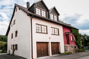 """<div class=""""bildtext_1"""">Die Doppelhaushälfte von Marc Freiburger und seiner Frau wurde 1994 gebaut und hat eine beheizte Wohnfläche von 137 m<sup>2</sup>. Vor allem auch aus ökologischen Gründen entschieden sich die Eigentümer, ihr Heizsystem zu modernisieren.</div>"""