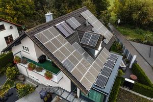 """<div class=""""bildtext_1"""">Nachhaltiges Trio: Wärmepumpe, Solarthermie und Photovoltaik – Familie Härle heizt jetzt CO<sub>2</sub>-neutral.</div>"""