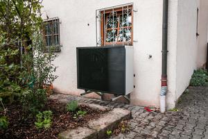 """<div class=""""bildtext_1"""">Das leise Außengerät der """"Altherma 3 H HAT"""" steht beim Ehepaar Freiburger direkt unter dem Schlafzimmerfenster. Das horizontale schwarze Frontgitter verdeckt den Ventilator und verleiht dem Außengerät eine moderne Optik.</div>"""