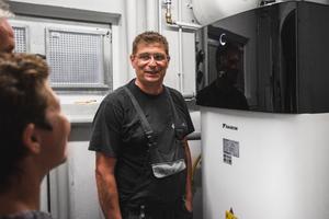 """<div class=""""bildtext_1"""">""""Viele Kunden sind unsicher, ob der Einsatz einer Wärmepumpe im Bestand energetisch und wirtschaftlich sinnvoll ist. Ich sage da ganz klar: Ja, es ist sinnvoll!"""", erklärt Oliver Keul, Betriebsleiter bei Keul Wärmepumpentechnik.</div>"""