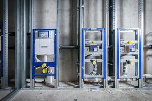 """<div class=""""bildtext_1"""">Das Vorwand-Installationssystem """"Duofix"""" macht die Montage von WCs, Urinalen und Waschtischen einfach, schnell und sicher. Beim Bau des neuen Bürogebäudes von Axel Springer in Berlin profitierten die Installateure von diesen Vorteilen.</div>"""