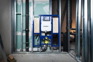 """<div class=""""bildtext_1"""">Hier entsteht ein barrierefreies WC: Das passende Geberit """"Duofix"""" Element garantiert eine schnelle und passgenaue Installation. Neben dem Vorwandelement sind auch die Versorgungs- und Abwasserleitungen vom selben Hersteller: Technik aus einer Hand.</div>"""