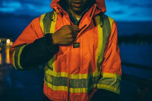 """<div class=""""bildtext_1"""">Die Warnkleidung von Helly Hansen gewährleistet, dass Handwerker auch abends gut gesehen werden.</div>"""
