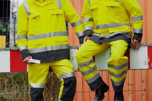 """<div class=""""bildtext_1"""">Die Warnkleidung """"Profi Line Highvis"""" von CWS kombiniert Fluoreszierendes Gelb mit der Trendfarbe Grau.</div>"""