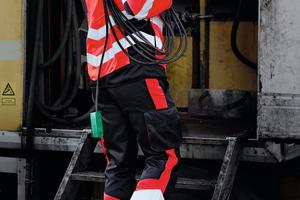 """<div class=""""bildtext_1"""">Hohe Sichtbarkeit ist nicht ausschließlich an Hi-Vis-Gelb oder Orange gebunden. Für einen modernen Auftritt kombiniert Engel Workwear in seiner Safety-Kollektion auch HiVis-Rot mit Schwarz.</div>"""