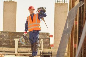 """<div class=""""bildtext_1"""">Auf vielen Baustellen wird heute erwartet, dass Beschäftigte mindestens eine Warnweste tragen. Für deren Sauberkeit und Schutzwirkung sorgt der Textilservice von MEWA.</div>"""