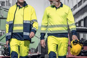 """<div class=""""bildtext_1"""">Auf Baustellen, zwischen rangierenden LKWs, werden Beschäftigte dank Warnkleidung wie der """"Construction"""" von UVEX besser wahrgenommen.</div>"""