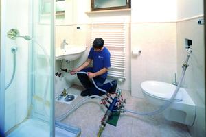 """<div class=""""bildtext_1"""">Die Sanierung erfolgt rein mechanisch mit Luft und Sand im Inneren der Rohre, ohne größere Einschränkungen für Bewohner.</div>"""