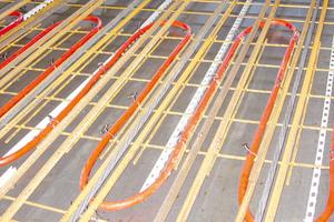 """<div class=""""bildtext_1"""">Durch ein integriertes Rohrleitungssystem fließt im Winter warmes, im Sommer kühles Wasser. Eine reversible Wärmepumpe ist nötig, um die Kühlfunktion nutzen zu können.</div>"""