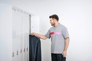 """<div class=""""bildtext_1"""">Schranksysteme von CWS dienen der Ausgabe der frisch gewaschenen Arbeitskleidung. Jeder Mitarbeiter hat ein eigenes Fach, in das der Service-Fahrer die saubere Kleidung einsortiert.</div>"""