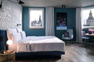 """<div class=""""bildtext_1"""">""""Die Zimmer sind eine Erweiterung der Stadt"""": Hier verschmelzen zeitlos-modernes Design und Backstein-Optik mit einem eigens entwickelten Farbkonzept – Domblick häufig inklusive.</div>"""