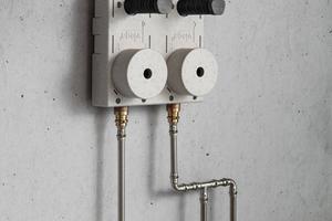 """<div class=""""bildtext_1"""">Bei einer Ringleitung werden die einzelnen Entnahmestellen wie bei einer Reihenleitung über Doppelwandscheiben im Durchfluss angeschlossen. Vom letzten Verbraucher wird zusätzlich eine Rohrleitung für den Rückfluss bis beispielsweise zum Wasserzähler installiert. Hygienisch sinnvoll ist diese Rohrleitungsführung aber nur für Trinkwasser kalt.</div>"""