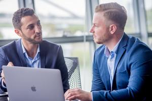 """<div class=""""bildtext_1"""">Dimitrij Krasontovitsch und Gian-Marco Blum (v.l.n.r.) haben mit Hilfe ihrer jahrelangen Erfahrung in Mitarbeitersuche und Onlinemarketing die Candidate Flow Methode entwickelt. </div>"""