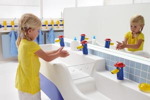 """<div class=""""bildtext_1"""">Die Waschlandschaft für Kinder Geberit """"Bambini"""" bietet nicht nur vielfältige Möglichkeiten für die Beschäftigung mit Wasser, sondern ist dank der """"KeraTect""""-Spezialglasur, kindgerechten, berührungslosen Armaturen und weiteren Details auch noch besonders hygienisch.</div>"""