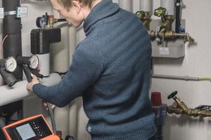 """<div class=""""bildtext_1"""">Eine hocheffiziente Sole-/Wasser-Wärmepumpe versorgt das gesamte Haus der Familie mit Wärme aus dem Erdreich. Der mit einer Photovoltaikanlage selbst produzierte Solarstrom dazu soll in Zukunft in einem Stromspeicher rund um die Uhr abrufbar bleiben.</div>"""