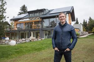 """<div class=""""bildtext_1"""">Biathlon Weltmeister und Technik-Tüftler: Für sein Mehrgenerationen-Haus suchte Benedikt Doll eine innovative und nachhaltige Lösung zur Gebäude-Energie-Versorgung. Die Wahl fiel auf seinen langjährigen Sponsor Viessmann.</div>"""