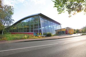 """<div class=""""bildtext_1"""">Südöstlich von Bielefeld ist das SennestadtBad ein beliebter Anlaufpunkt für Sportschwimmer, Vereine und Schulklassen.</div>"""