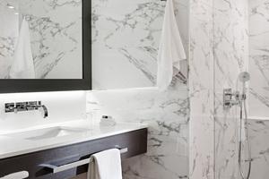 """<div class=""""bildtext_1"""">Rund um Waschtisch und WC betonen die gradlinigen Accessoires der Serie """"emco loft"""" die anspruchsvolle Gestaltung.</div>"""