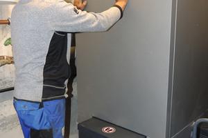 """<div class=""""bildtext_1"""">Der Installateur- und Heizungsbaumeister lobt die vom Hersteller des Pelletspeichers definierten beiden Schnittstellen.</div>"""
