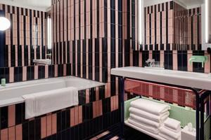 """<div class=""""bildtext_1"""">Die weiße """"BetteForm""""-Badewanne ist ein visueller Anker in diesem poppigen Badezimmer des Londoner The Standard.</div>"""