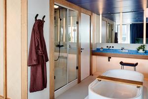 """<div class=""""bildtext_1"""">Die """"BetteLux Oval Highline""""-Badewanne wurde hälftig in einen eleganten, hochglänzend weißen Sockel eingelassen und lädt nun zum erholsamen Wannenbad.</div>"""