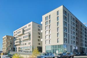 """<div class=""""bildtext_1"""">""""Mit Krankheit leben, in Gemeinschaft wohnen"""" lautet das Motto des beispielgebenden Wohnprojekts """"Festland"""" im linken Teil des abgebildeten Gebäudekomplexes. Träger ist das gemeinnützige Unternehmen Hamburg Leuchtfeuer.</div>"""