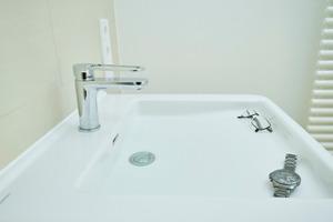 """<div class=""""bildtext_1"""">Das clevere Design des Waschtisches Geberit """"Renova Comfort Square"""" bietet sichere Ablagefläche in Griffnähe – auch wenn das Becken halb mit Wasser gefüllt ist.</div>"""