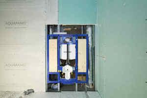 """<div class=""""bildtext_1"""">Hinter der Wand: Das Installationssystem Geberit """"Duofix"""" verfügt über ein spezielles Element für barrierefreie WCs. Hier lassen sich später eine höhenverstellbare Toilette sowie Stützklappgriffe installieren.</div>"""
