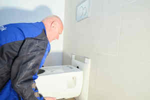 """<div class=""""bildtext_1"""">Montage des Geberit """"Renova Comfort"""" WCs: Gut zu erkennen ist die größere Ausladung der Keramik sowie der vormonierte Schallschutz zwischen WC und Wandfliesen.</div>"""