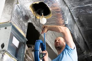 """<div class=""""bildtext_1"""">Um die Luftleitungen vom Baustaub zu befreien, nutzt die Firma Rauchfang-Quester die Drucklufthaspel Wöhler """"DH 420"""". Mit der speziellen Vorsatzdüse werden Staub und Dreck von den Wandungen abgeschlagen.</div>"""
