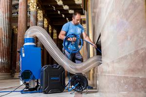 """<div class=""""bildtext_1"""">Bereits während der Reinigung saugt die Staubfalle die gelösten Ablagerungen ab, so dass kein Schmutz in die historischen Räume gelangt.</div>"""