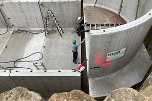 """<div class=""""bildtext_1"""">Thermischer Pufferspeicher: Montage eines runden Endstücks mit Überstand der Bodenplatte als Auftriebssicherung. Die Auflast nach Verfüllen der Baugrube wirkt dem Auftrieb des leeren Behälters bei hohem Grundwasserstand entgegen.</div>"""