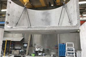 """<div class=""""bildtext_1"""">Thermischer Pufferspeicher: Herstellung der Betonfertigteile im Werk der Firma Mall, Donaueschingen. Halbkreisförmiges Endstück des Behälters mit einer Breite von 6 m und einer Höhe von 2,9 m.</div>"""