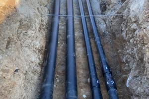"""<div class=""""bildtext_1"""">Die ungedämmten Rohrleitungen für Wasser mit 12 bis 16 °C im Vorlauf führen links in das Gebiet Weiermatten, rechts in das Gebiet neue Ortsmitte.</div>"""