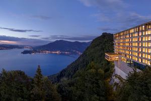 """<div class=""""bildtext_1"""">500 m über dem Vierwaldstättersee thront majestätisch das Bürgenstock Hotel.</div>"""